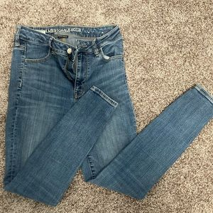 AMERICAN EAGLE SIZE 4 SHORT SKINNY JEANS